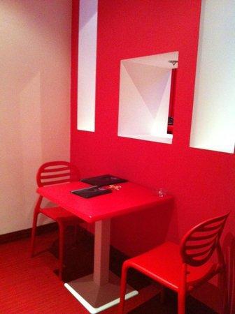 V Hotel : La entrada de la habitación con la mesa y las sillas