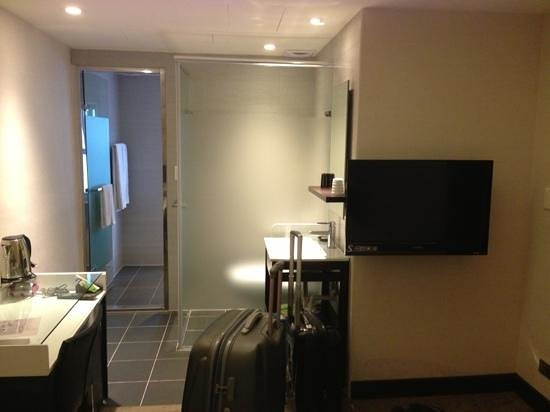 Hotel Puri Ximen Branch: view of toilet area from bed (separate cubicle for bath area)