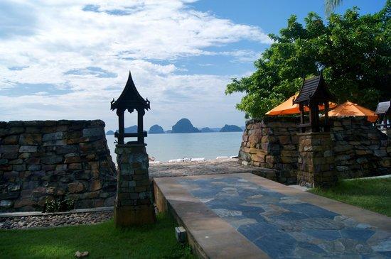 Amari Vogue Krabi: Entrance to beach 