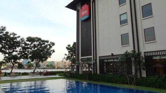 ibis Bangkok Riverside: basen