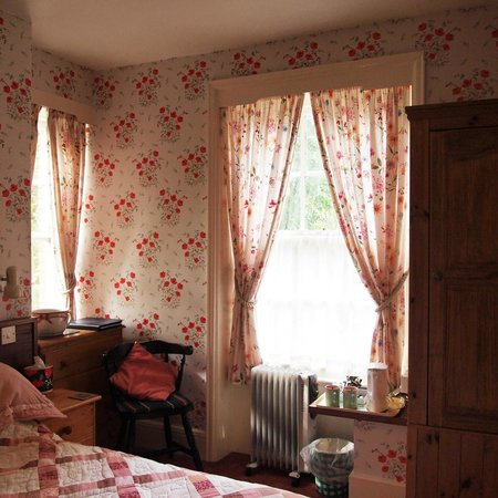 The Countryman Hotel: Other part of my red room.
