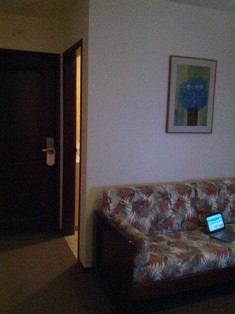 Augusta Park Residence: Sala com 01 mesa, 02 cadeiras, 01 sofá que permite dormir e 01 janela