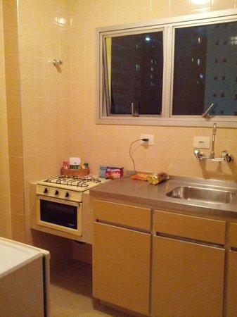 Augusta Park Residence: Ao lado da porta de entrada, a cozinha com utensílios e panelas para 02 pessoas.