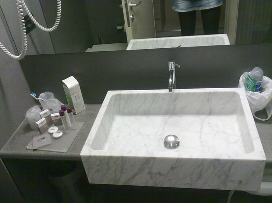 DB Hotel Verona Airport and Congress: lavandino in marmo+kit cortesia