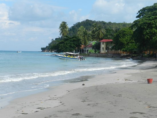 Hotel Restaurante Miss Elma : el hotel desde la playa Agua Duce