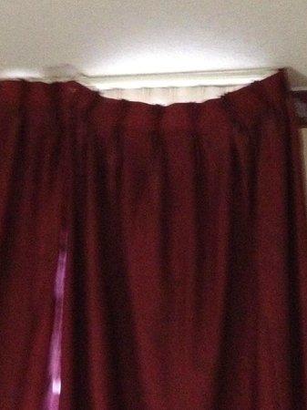 جراند رويال هوتل: Unattached drapes. 
