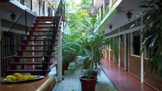 Azteca Hotel: Vista hacia el interior del lobby.