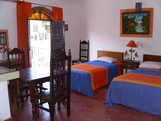 Azteca Hotel: Habitaciòn con cocina y balcon a la calle.