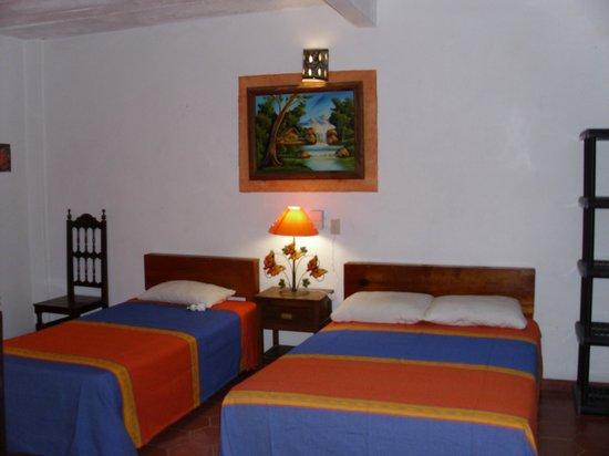 Azteca Hotel: Habitaciòn regular para 3 personas.
