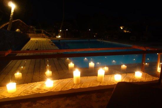 Le Chateau de Feuilles: piscine le soir
