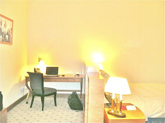 Retaj Royale Doha: The desk area to the left of the bed, seperated from bed by low wall.