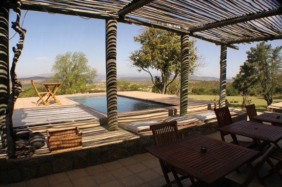 ‪‪Rorke's Drift Lodge‬: Main Buillding with chilly plunge pool & cracking outlook