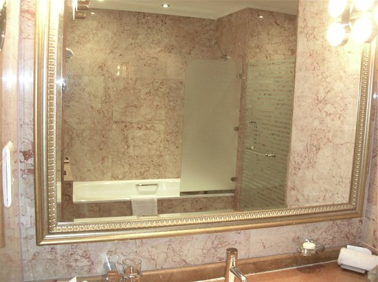 Wiseman Grand Hotel: Sink with bathtub reflected in mirror.