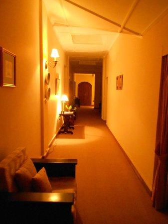 Mandira Bungalows: Corridor