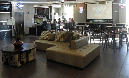 Holiday Inn Amarillo West Medical Center: A small bar with a big screen TV.