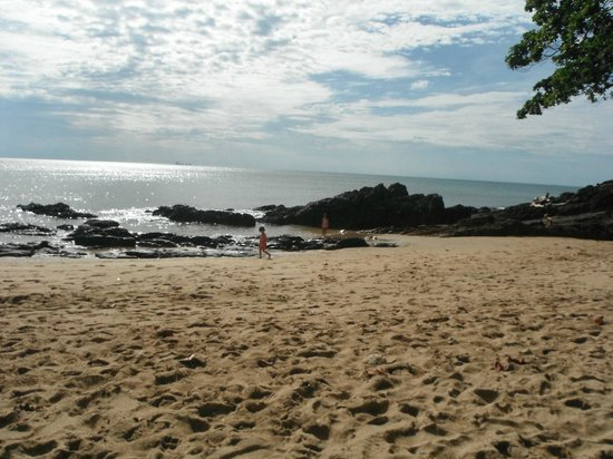 Narima Bungalow Resort: Rocky beach