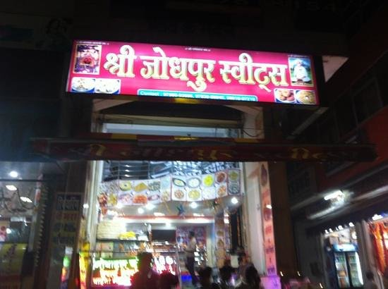 Mapple Abhay Jodhpur: must try badam milk available in winters n carrot sweet in this shop which is opposite to Mapple