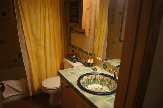 Fort Marcy Hotel Suites: Master Bath