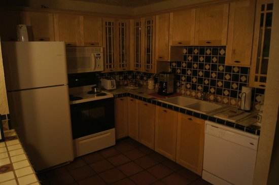 Fort Marcy Hotel Suites: Kitchen