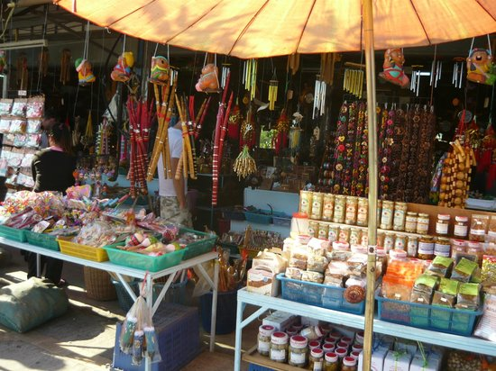Roong Aroon Hot Springs: Shopping at the area