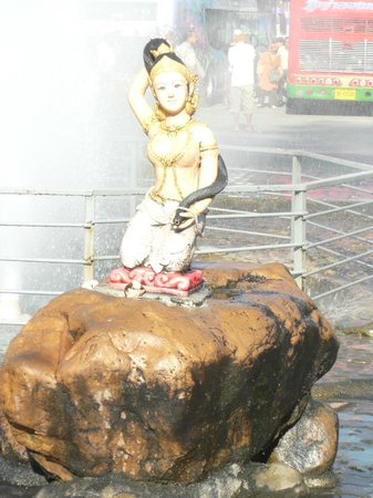 Roong Aroon Hot Springs: Statue