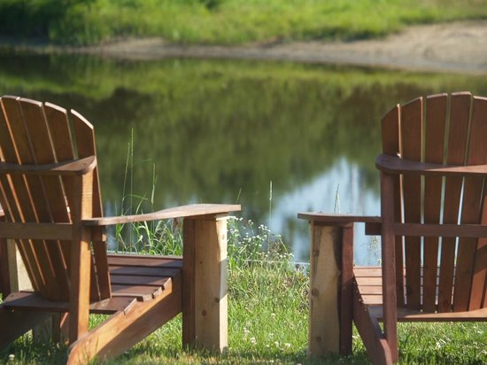 Auberge des Pins Rouges: Enjoy and relax on the sound of the water: the river in your backyard