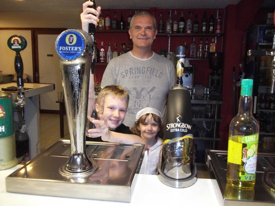 Brunel's Family Sports Bar Pto de Alcudia: jon and his helpers