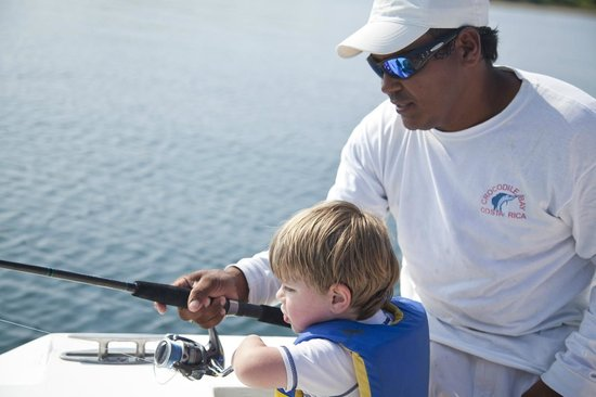 Crocodile Bay Resort : Expert mate teaching my son to fish