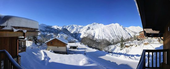 Chamois Lodge - The Alpine Club: Stunning mountain views from the living room