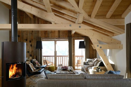 Chamois Lodge - The Alpine Club: Spacious double height living room
