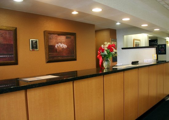 Ramada Cortland Hotel and Conference Center: Front Desk