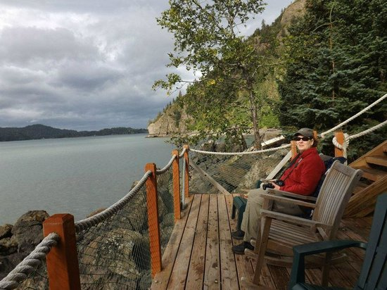 Hideaway Cove Wilderness Lodge: Relaxing on the deck by the yurt