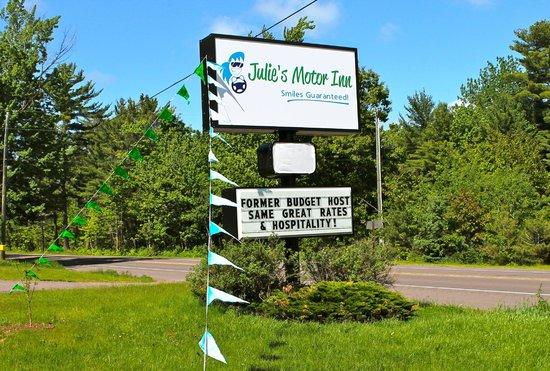 Julie's Motor Inn: Northbound Hwy. US-41 view