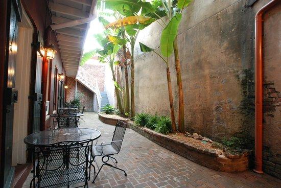 إن أون سانت بيتر: Another Courtyard at St Peter