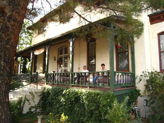 The Inn on Broadway: Front porch