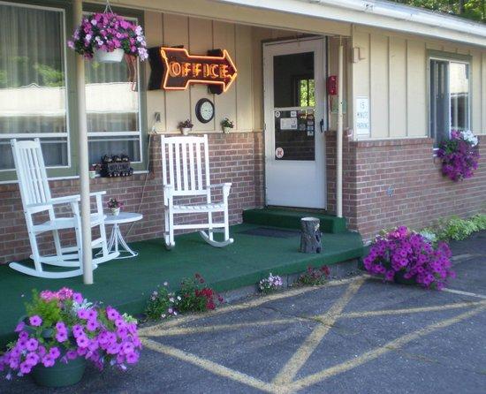 Julie's Motor Inn : Front Porch Office