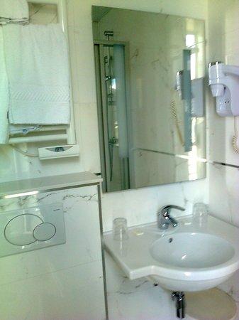 Hotel Bellevue: Salle de bains impeccable