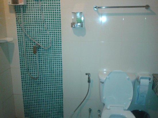Phi Phi Palms Residence: Clean bathroom