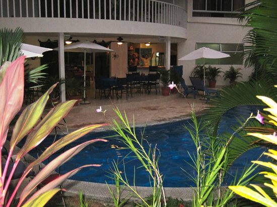 The Hideaway Hotel Playa Samara: Poolside bar and dining area