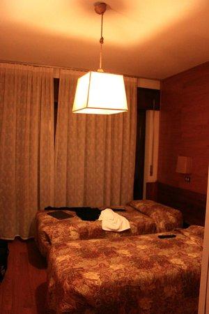Corona Hotel: Our twin room