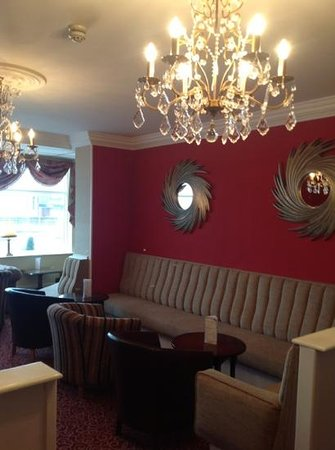 Doric Hotel: mirrors and new lights in the lounge