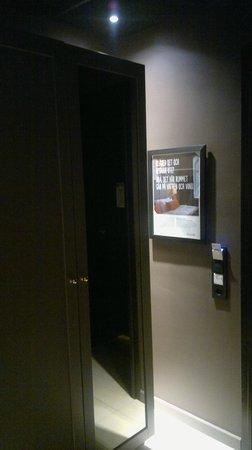 Grand Central by Scandic: Лампочка за шкафом - зона прихожей не освещена 