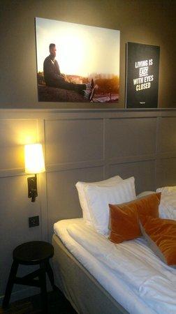 Grand Central by Scandic: Картины над кроватью - в каждом номере со словами из песни.