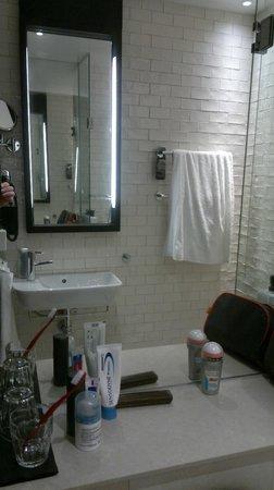 Grand Central by Scandic : Полочка не у раковины, а над унитазом. Непривычно, но что делать :-)