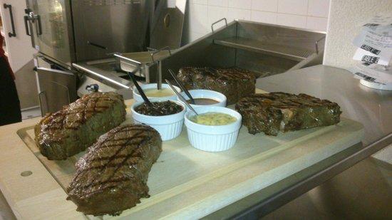keating Steak And Wine House : Le 1200 pour 4 personnes, toutes les saveurs de l'Argentine sur une planche.