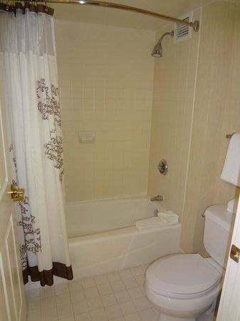 Residence Inn San Antonio Downtown/Alamo Plaza: Bath tub and shower