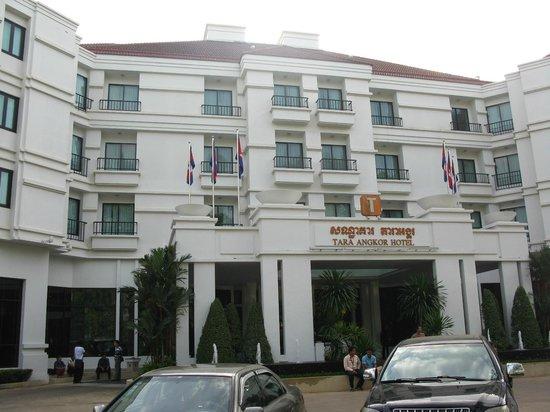 โรงแรมธารา อังกอร์: front entrance