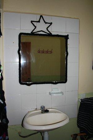 Aftas Beach Guest House : Waschbecken im Zimmer