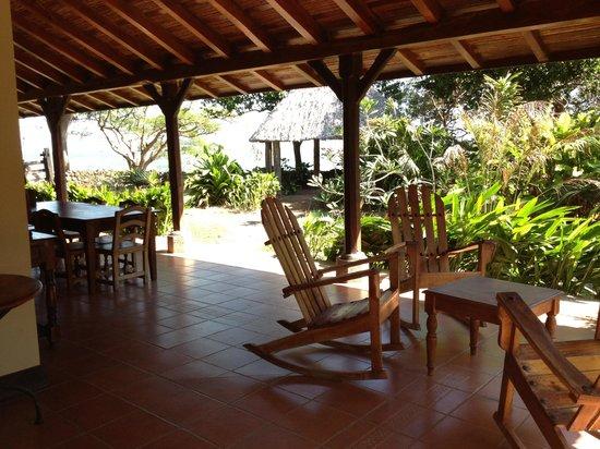Finca San Juan de la Isla: Corredores amplios frente al jardín y al lago.