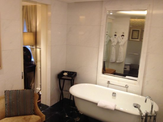 Fairmont Peace Hotel: exquisite tub